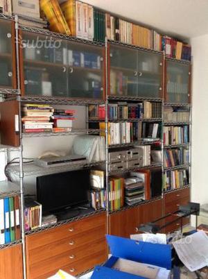 Libreria in filo d'acciaio con mobili in legno