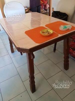 Tavolo da cucina in legno castagno ricoperto