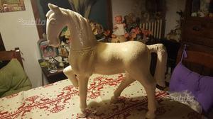 Vecchio cavallo bianco in legno