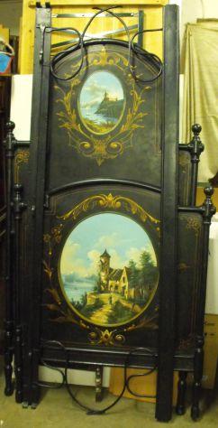 Letto in ferro nero con pannelli dipinti inserti in