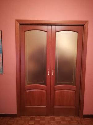 Porte scorrevoli con scrigno in legno massello maniglie