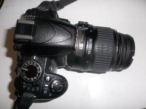 Nikon D con obiettivo e accessori