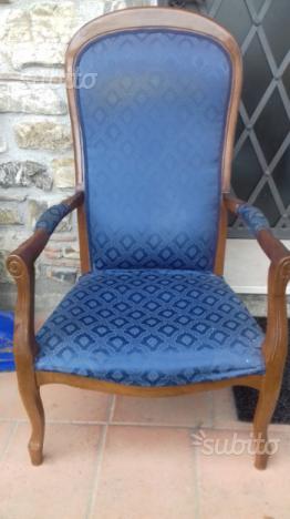 Poltrona antica in legno massiccio e tessuto blu