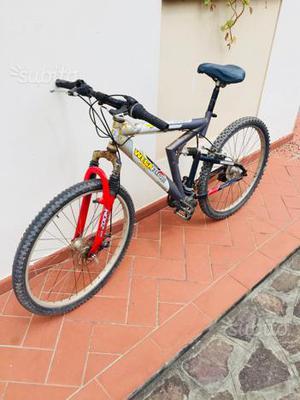 Bicicletta mountain bike di 26 funzionante