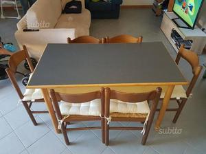 Tavolo con 6 sedie di legno, poco usato