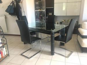 Tavolo di vetro con sedie