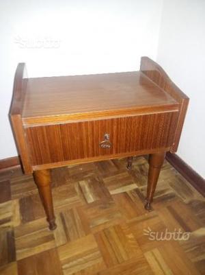 Coppia di comodini in legno