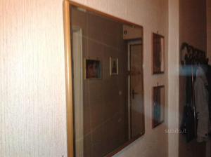 Specchio in vetro con cornice in noce posot class for Specchio noce