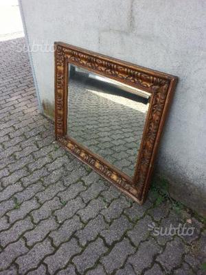 Vecchio specchio con grossa cornice in legno