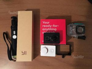 Action camera yi 2k con bastone e altri accessori