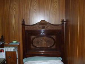 Bellissimo letto singolo in legno scolpito