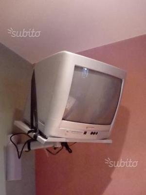 Televisore con decoder più supporto a muro