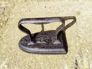Antico ferro da stiro a piastra in ghisa dei primi