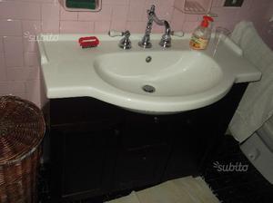 Lavabo con mobile e specchio