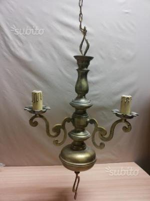 Vecchio lampadario in ottone