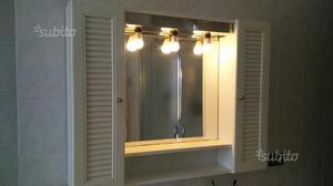 Mobile bianco da bagno con specchio