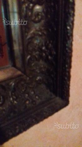 Specchio con cornice in legno lavorata