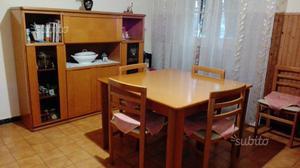 Sala in buono stato con 6 sedie e tavolo allungabi