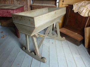Antica culla in legno laccata
