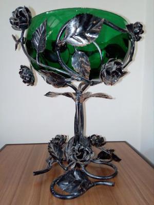Vaso di alto artigianato in ferro battuto e vetro soffiato