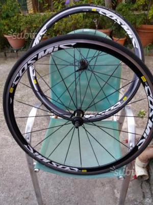 Coppie di cerchi bici da corsa e mountain bike