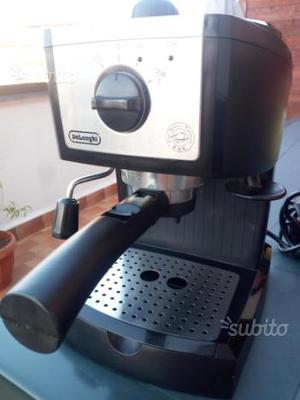 Macchinetta del caffè con cialde e caffè macinato