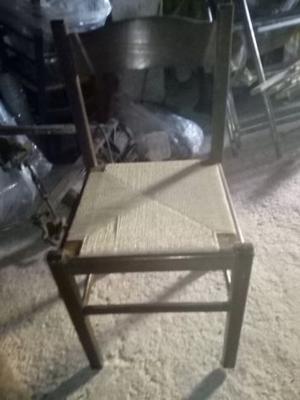 Tavolo rotondo con quattro sedie