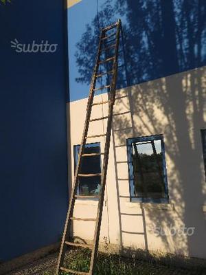 Vecchia scala in legno da fienile con pioli