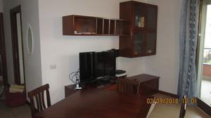 soggiorno completo con tavolo e sedie colore noce