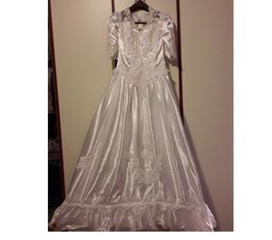 Abito da sposa con strascico e accessori