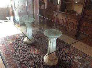 Tavolo in vetro con colonne in cemento
