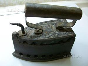 Ferro da stiro a carbone in ghisa, antico.Collezio