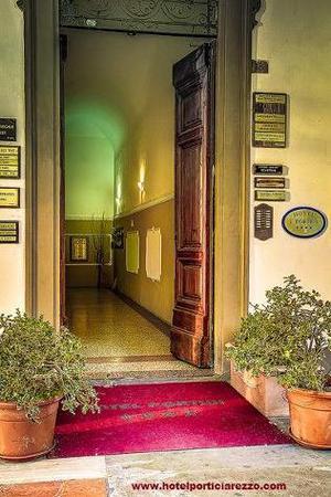 Arredamento usato per camere hotel albergho o posot class for Arredamento arezzo