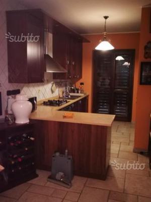 Cucina in legno massello con marmo granito vero