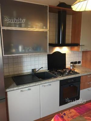 Cucina con frigorifero, lavastoviglie e forno