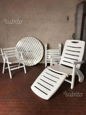 Tavolo da giardino, sedie e lettino