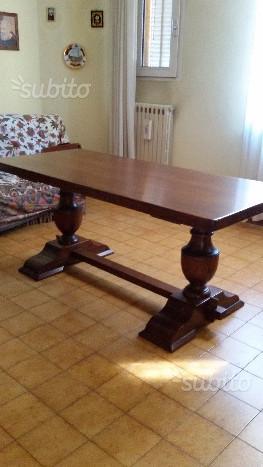 Tavolo in pregiato legno massiccio