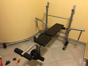 Panca con bilanciere e pesi