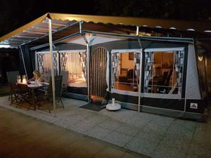 Roulotte con veranda e copertura