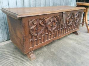 Piccola cassapanca baule in legno massello gotica