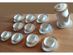 Servizio da tè in porcellana con decorazioni dorate