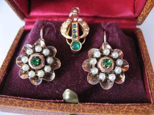 Orecchini ciondolo antichi oro giallo perline pietre verdi