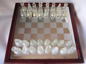 Scacchiera con scacchi in vetro e terracotta