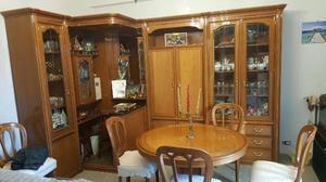 Angolo bar con mobile dietro e 4 sedie stesso posot class - Mobile bar soggiorno ...
