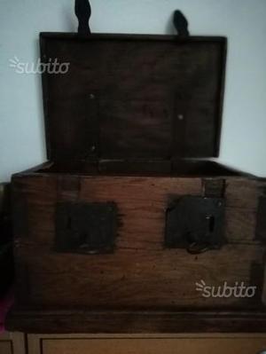 Scrigno in legno massello antico