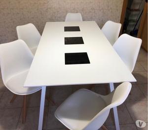 Elettrodomestici e tavolo con sei sedie