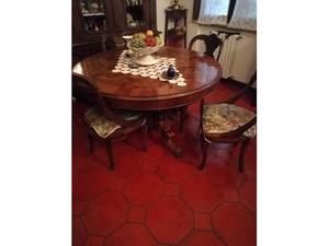 Tavolo e quattro sedie molto bello