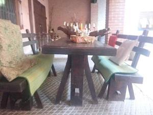 Tavolo in legno con panche in legno con schienale