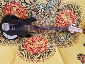 Basso elettrico nero black music man dimavery 5 corde