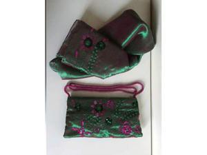Pochette verde, decorata con paillettes e perline fuxsia